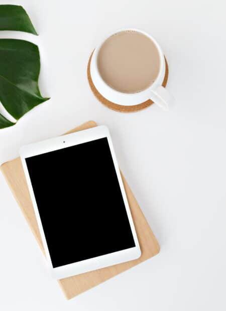 nagłówek - zielona firma (tablet, kawa i kwiatek)